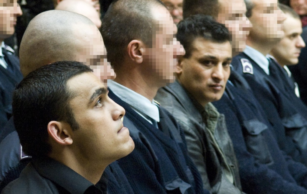 Az elsőrendű vádlott, ifjabb H. Dezső (b) és a másodrendű vádlott, idősebb H. Dezső hallgatja az ítélet indoklását a Debreceni Ítélőtáblán az olaszliszkai emberölés ügyében folyó tárgyaláson 2009. november 13-án.