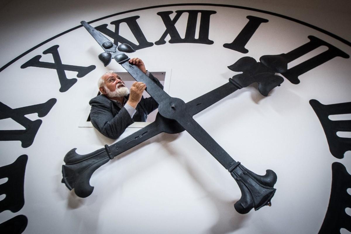 Hanga István órásmester a kecskeméti nagytemplom toronyórájának eredeti óraművével működtetett óra mutatóit állítja a kecskeméti Bozsó Házban lévő óragyűjteményében.