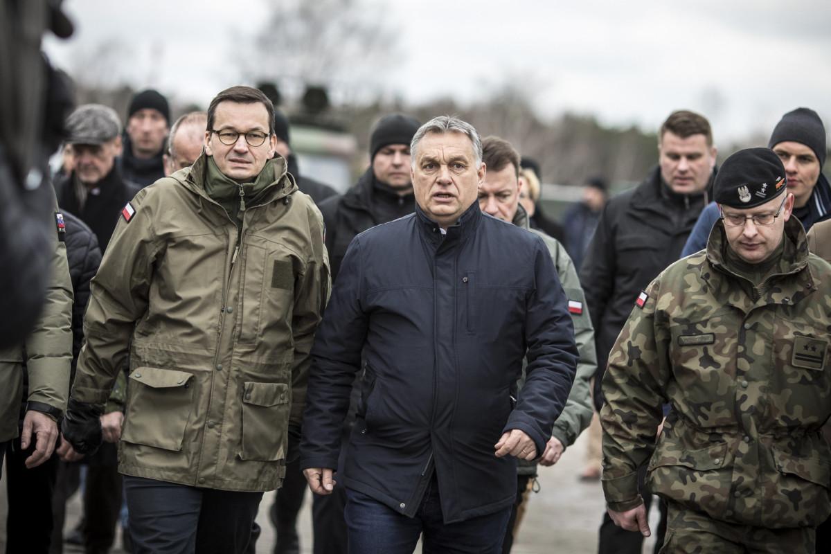 Mateusz Morawiecki lengyel (b) és Orbán Viktor magyar (b2) miniszterelnök a Varsó Wesola kerületében rendezett ünnepségen, amelyet abból az alkalomból rendeztek, hogy Magyarország, Lengyelország és Csehország húsz, Szlovákia pedig tizenöt éve csatlakozott a NATO-hoz.
