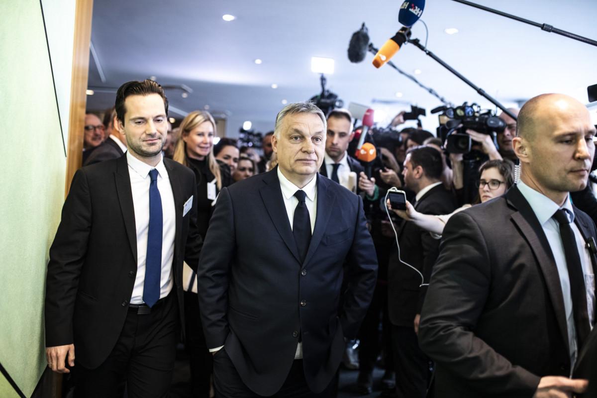 Újságírók várják Orbán Viktor miniszterelnököt (k) Brüsszelben, az Európai Parlament épületében, az Európai Néppárt tanácskozása előtt 2019. március 20-án. Mellette Havasi Bertalan, a Miniszterelnöki Sajtóirodát vezető helyettes államtitkár (b).