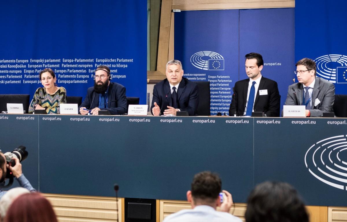 Orbán Viktor miniszterelnök sajtótájékoztatót tart az Európai Néppárt politikai közgyűlése után az Európai Parlament épületében, 2019. március 20-án. Mellette Havasi Bertalan, a Miniszterelnöki Sajtóirodát vezető helyettes államtitkár (j2), Gulyás Gergely, a Miniszterelnökséget vezető miniszter (j), valamint Járóka Lívia (b) és Szájer József (b2) fideszes európai parlamenti képviselők.