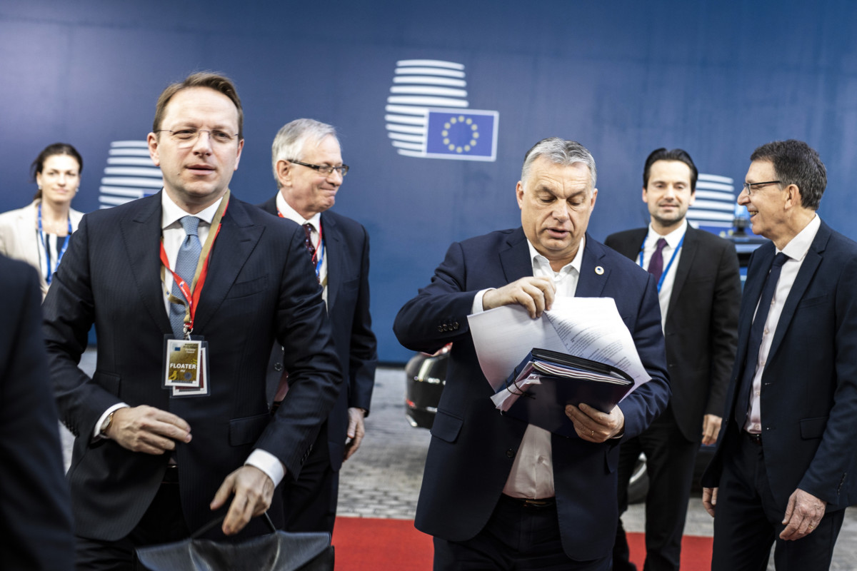Orbán Viktor miniszterelnök (j3) megérkezik az Európai Tanács második, pénteki munkaülésére Brüsszelben, Gottfried Péter főtanácsadó, Várhelyi Olivér, a magyar állandó képviselet vezetője és Varga Judit államtitkár társaságában 2019. március 22-én.