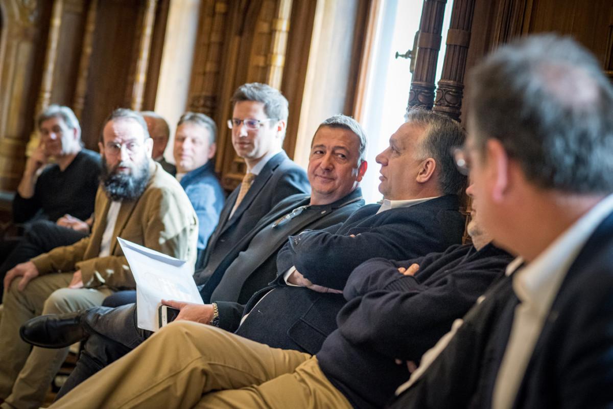 Orbán Viktor miniszterelnök, a Fidesz elnöke (j3), Bayer Zsolt újságíró (j4), Gulyás Gergely, a Miniszterelnökséget vezető miniszter, a Fidesz alelnöke (j5) és Szájer József, a Fidesz európai parlamenti képviselője (j7) a párt 31. születésnapi ünnepségén a Fidesz Lendvay utcai székházában 2019. március 30-án.