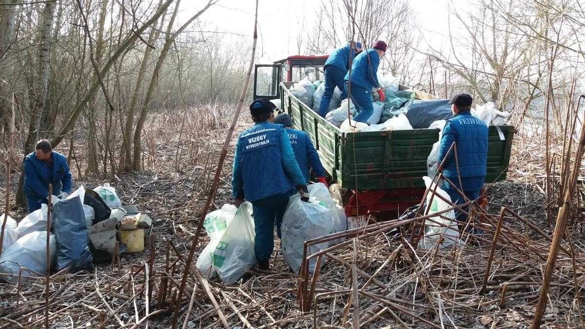 Iszonyatos mennyiségű mocskot szedtek ki a Felső-Tisza egyetlen kilométeréből
