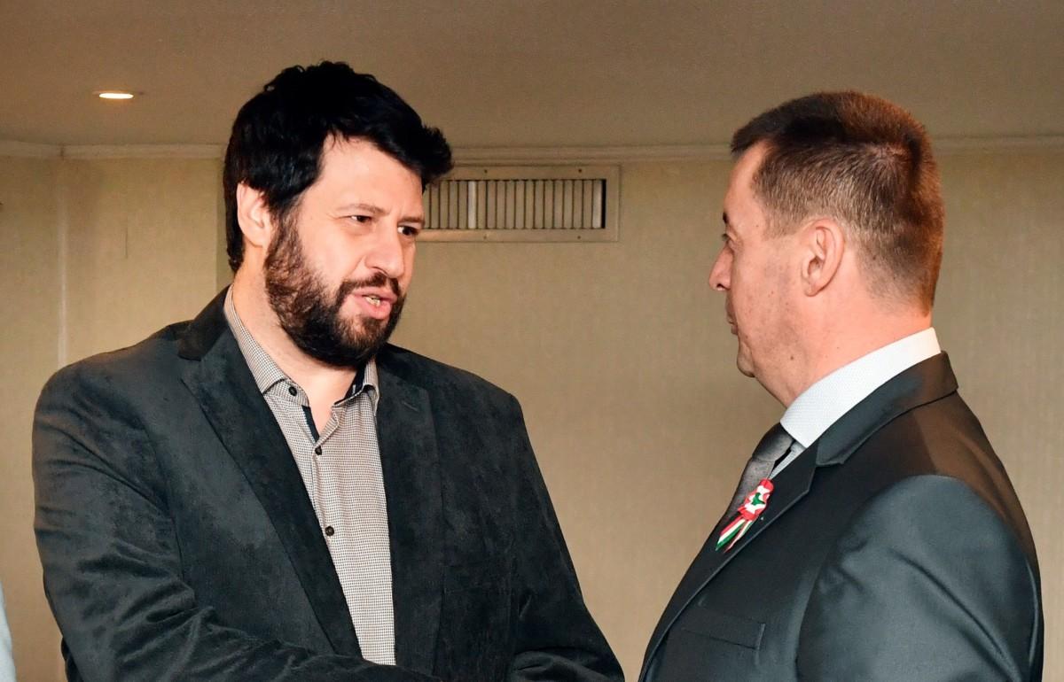 Puzsér Róbert főpolgármester-jelölt (b) és Sneider Tamás, a Jobbik elnöke kezet fog a Mit jelent a XXI. századi politika? címmel tartott sajtótájékoztatón a Fortuna rendezvényhajón 2019. március 14-én.