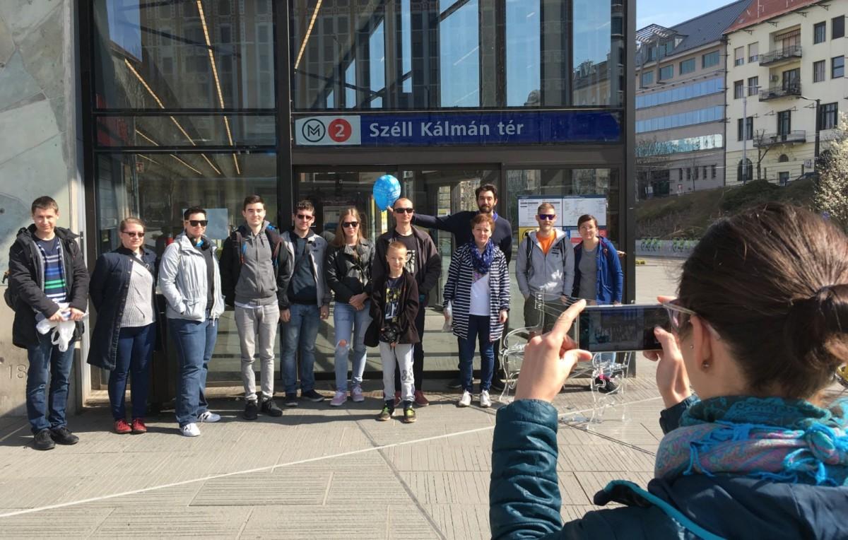 Megünnepelték az 1 éve nem működő ajtót a Széll Kálmán téren
