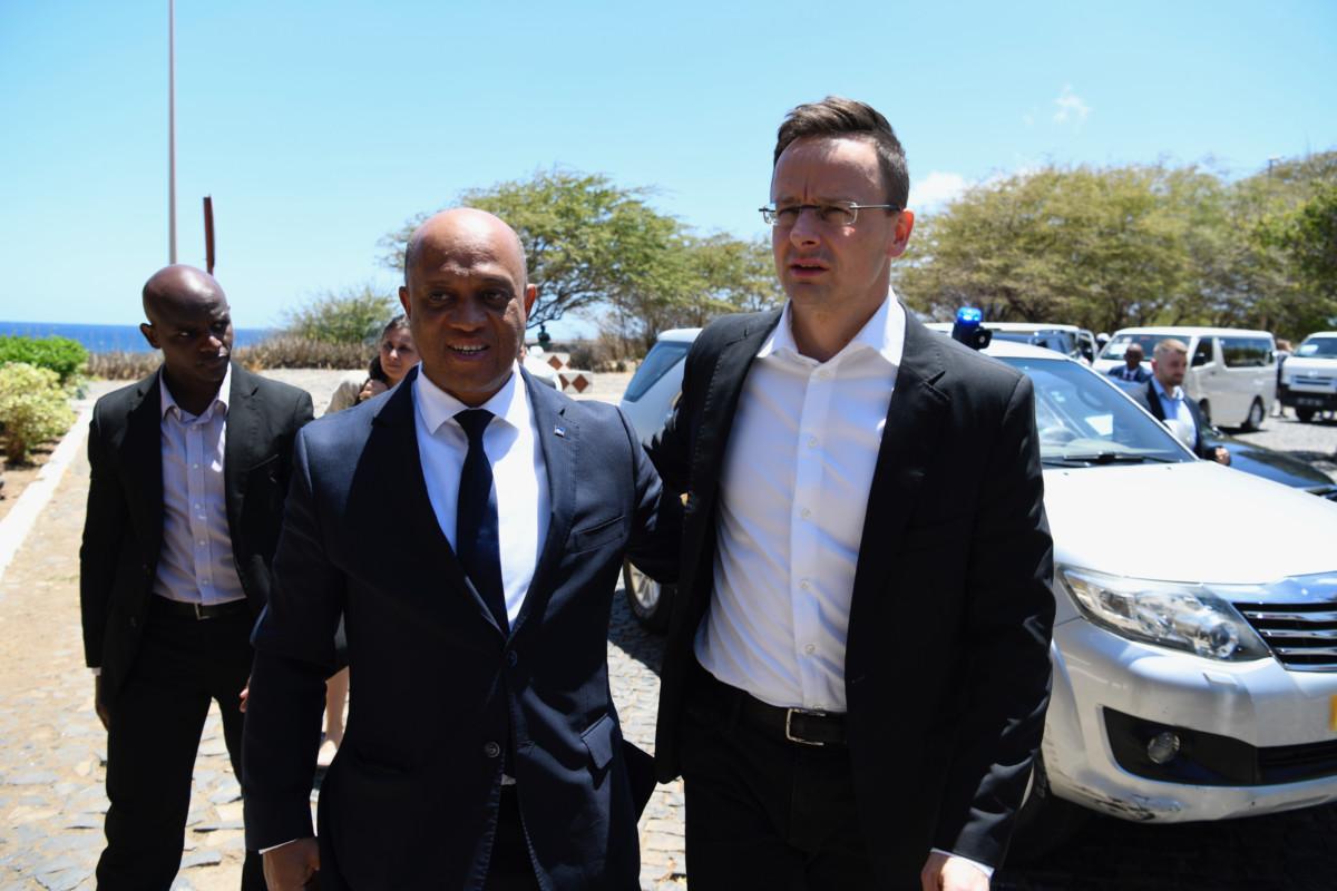 Szijjártó Péter külgazdasági és külügyminiszter (j) és Luís Filipe Tavares, a Zöld-foki Köztársaság külügyekért és közösségekért felelős miniszter találkozója Praiában 2019. március 27-én.