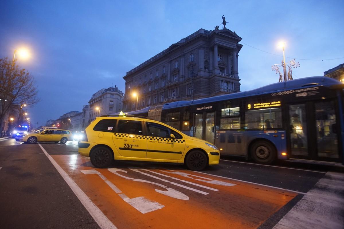 Az Uber közösségi személyszállító szolgáltatás ellen tiltakozó taxisok állnak autóikkal a belvárosi Andrássy út és a Bajcsy-Zsilinszky út kereszteződésénél 2016. január 19-én reggel.