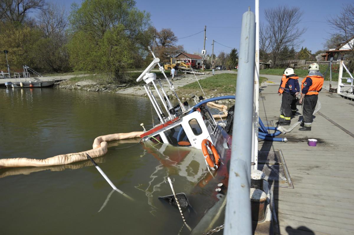 A Százhalombatta és Tököl között közlekedő komp elsüllyedt tolóhajója a Dunán Százhalombattánál 2019. március 31-én.