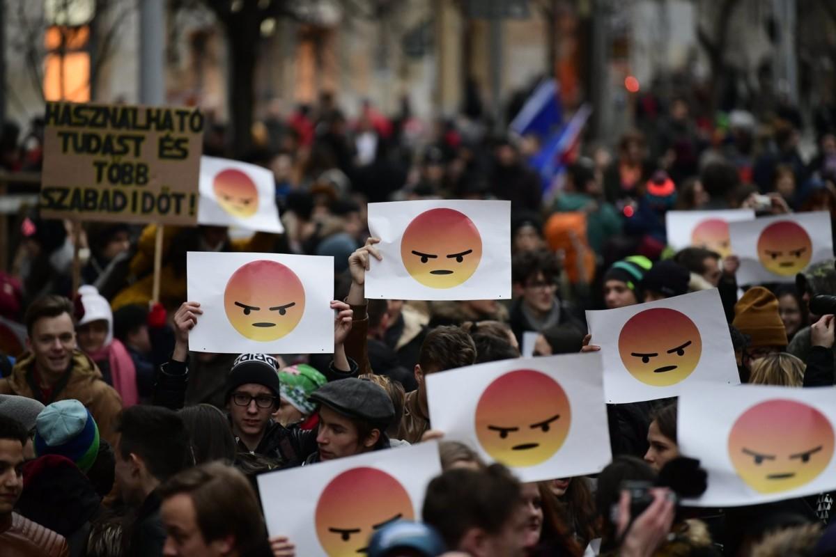 A Demonstrálj az oktatásért címmel a közösségi médiában meghirdetett tüntetés az Alkotmány utcában a Kossuth térnél 2018. január 19-én