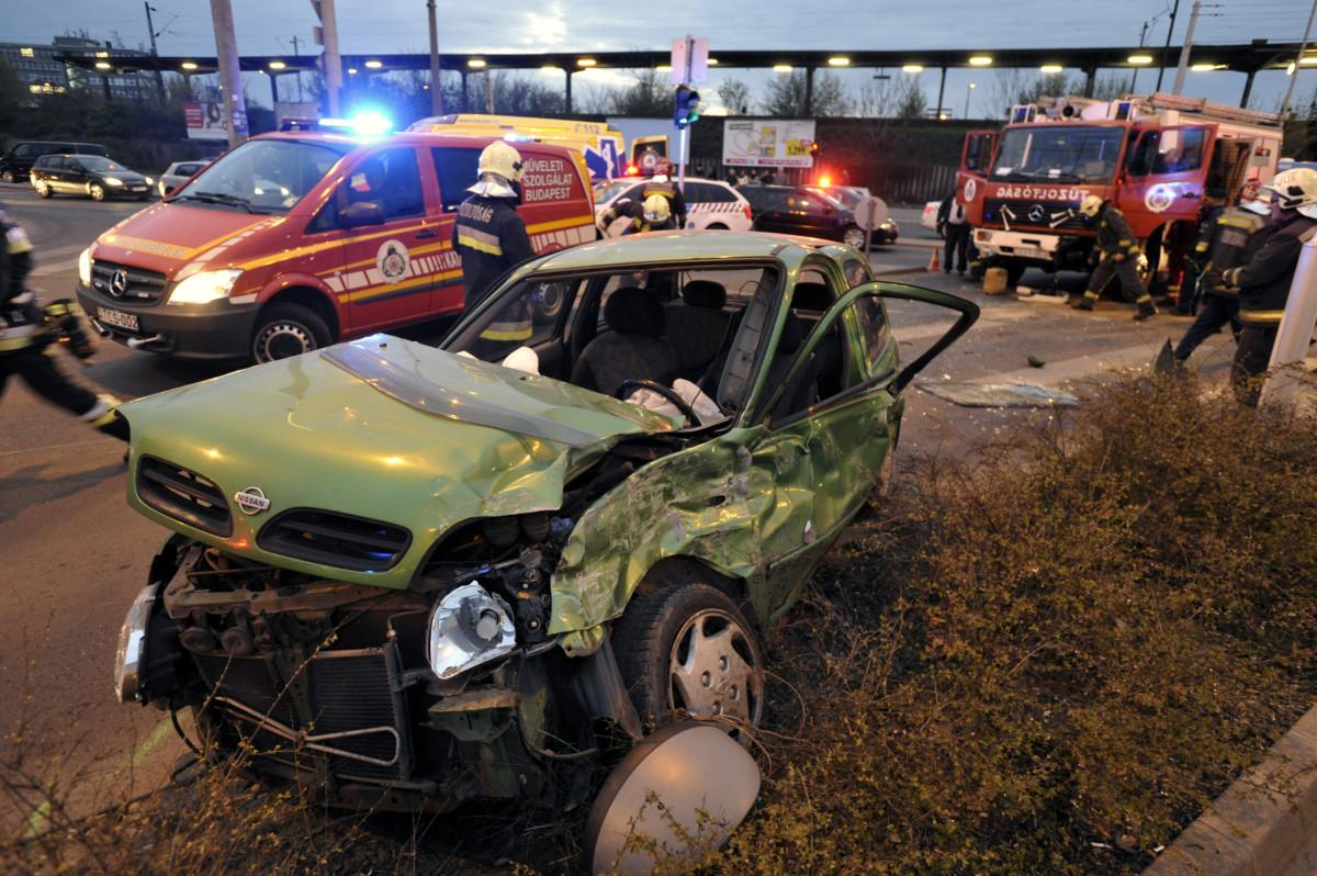 Ütközésben összetört személygépkocsi és tűzoltóautó (j, hátul) a X. kerületben, a Kőbányai út és a Vaspálya utca kereszteződésénél 2019. március 28-án.