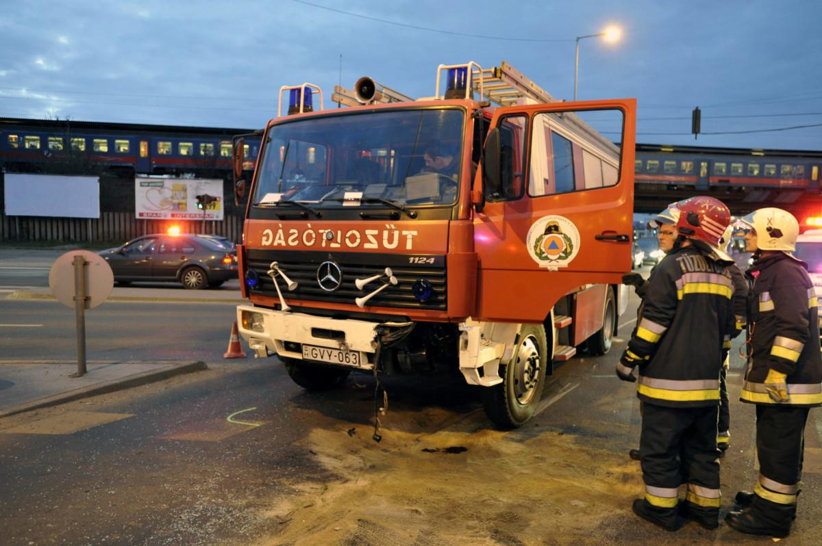 Ütközésben összetört tűzoltóautó a X. kerületben, a Kőbányai út és a Vaspálya utca kereszteződésénél 2019. március 28-án.