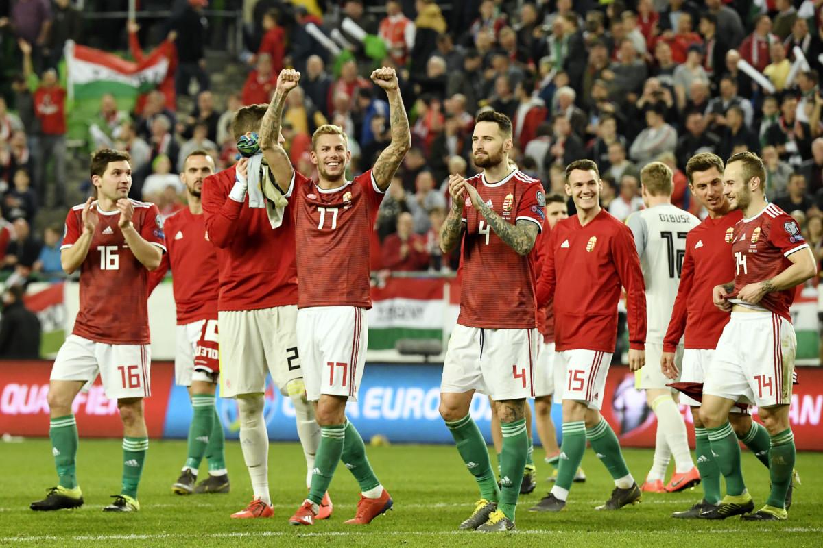 A magyar válogatott játékosai ünneplik győzelmüket a Magyarország - Horvátország labdarúgó Európa-bajnoki selejtezőmérkőzés végén a Groupama Arénában 2019. március 24-én.