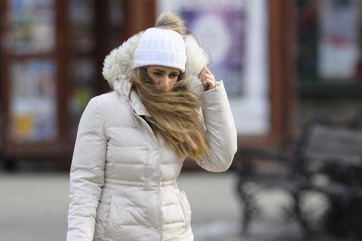 A hideg időhöz öltözött járókelő a debreceni Kossuth téren 2017. január 6-án.