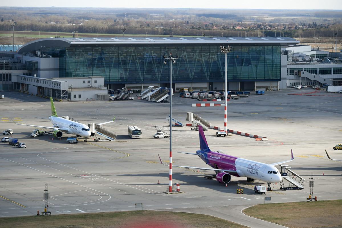 A SkyCourt váró a Liszt Ferenc Nemzetközi Repülőtér 2-es terminálján 2019. március 12-én. Az előtérben a magyar hátterű Wizz Air diszkont légitársaság repülőgépe, a háttérben az airBaltic lett légitársaság CS300 típusú gépe.