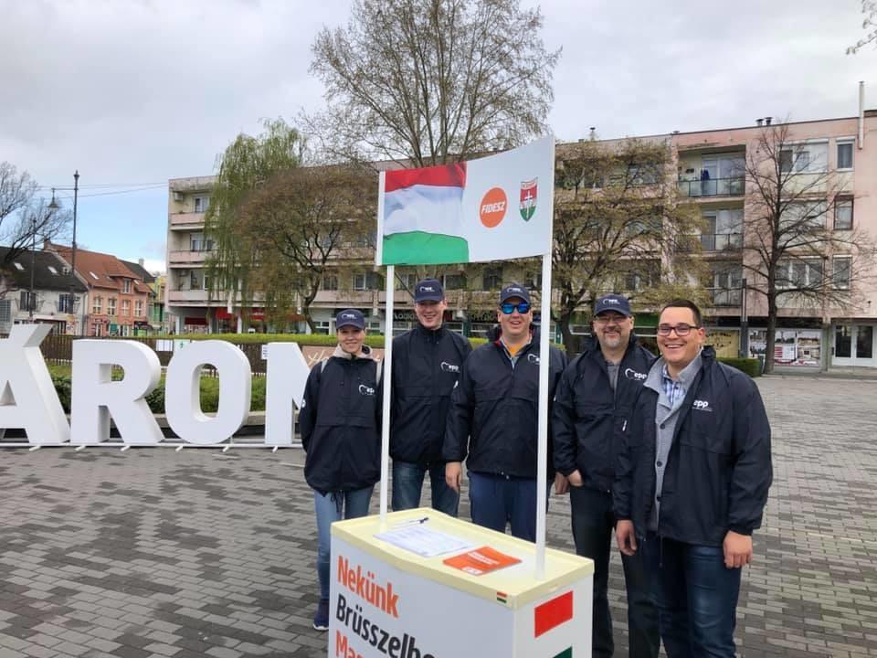 Néppárt-logós cuccokban gyűjtik az aláírásokat a felfüggeszett néppárti tagságú Fidesz aktivistái