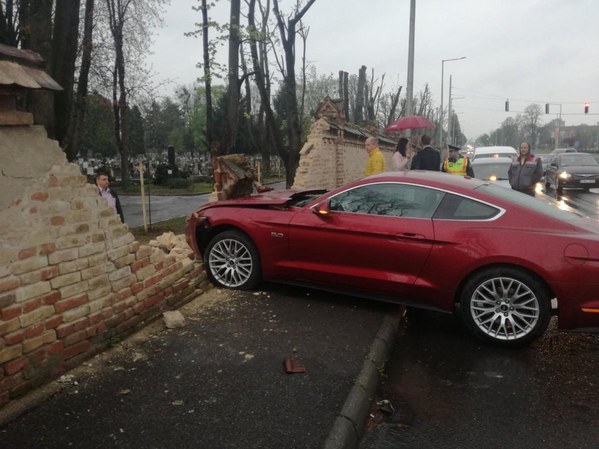 Lebontotta a pécsi temető falát egy megbokrosodott Mustang