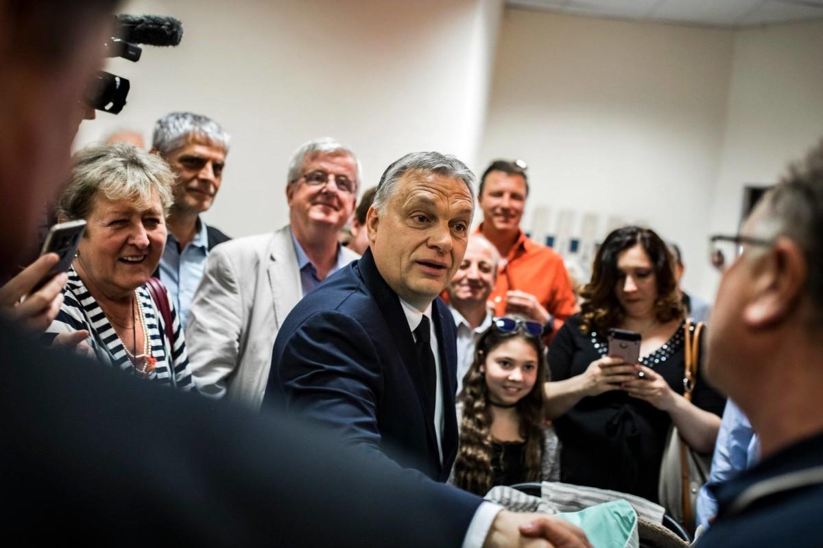 Orbán Viktor 2019. április 8-án Pesterzsébeten, ahol aláírta a Fidesz EP-választási ajánlóívét.