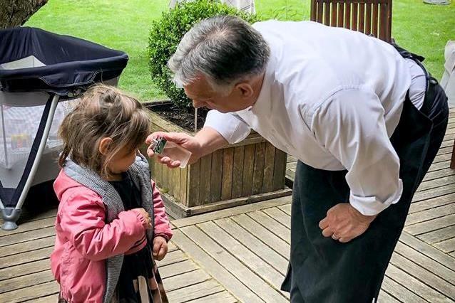 Meglocsolta legkisebb unokáját Orbán Viktor, felrobbant a Facebook