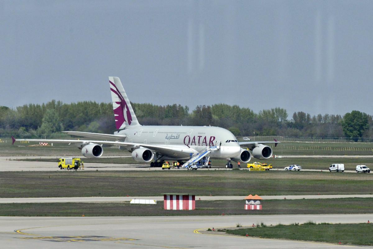 A Qatar Airways Dohából Londonba tartó járata a Liszt Ferenc-repülőtéren 2019. április 19-én.