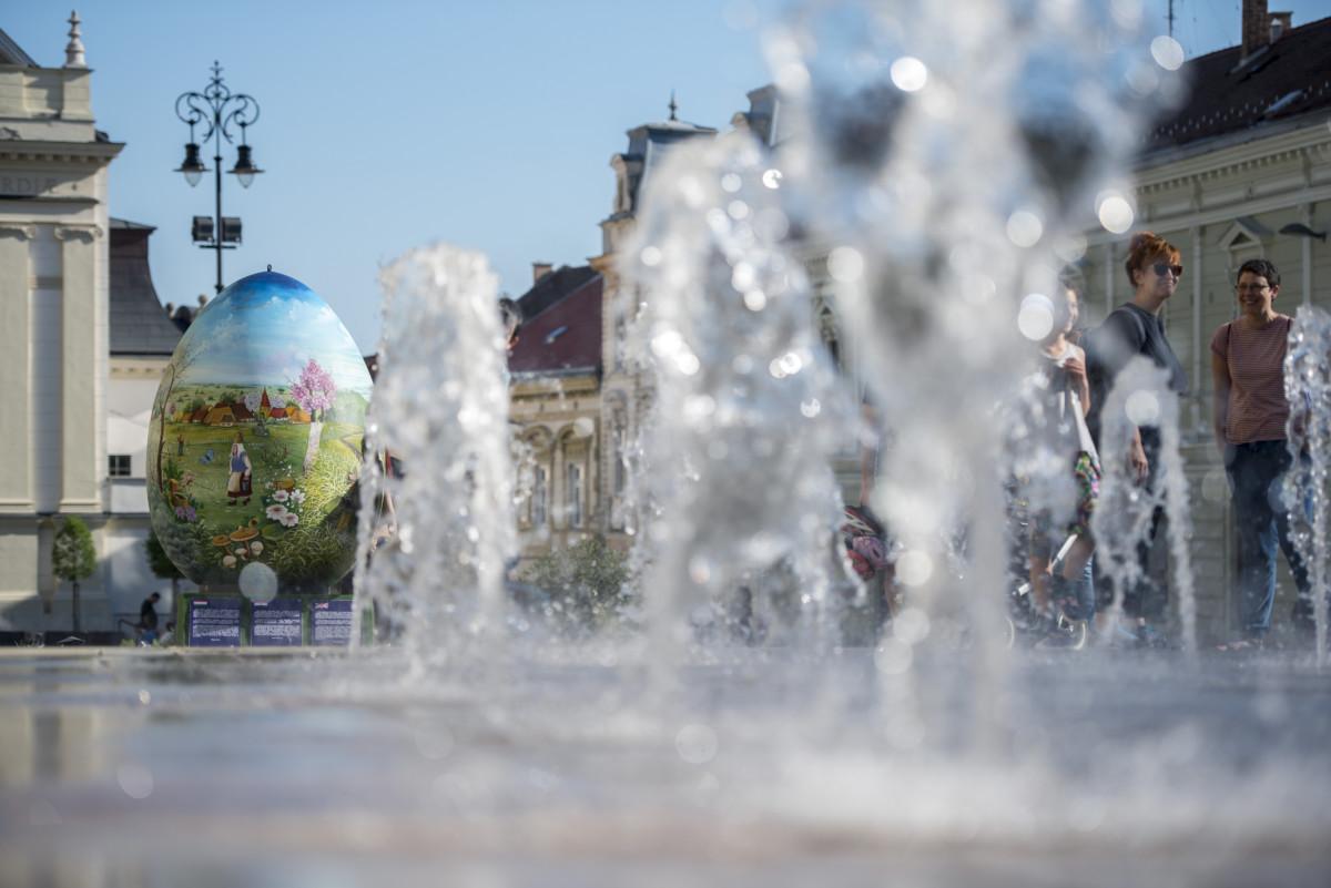 Ember nagyságú hímes tojás a pécsi Széchenyi téren 2019. április 21-én.