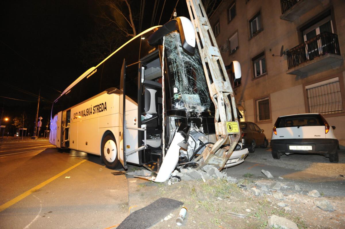 Oszlopnak csapódott szlovákiai turistabusz Budapesten, a Thököly úton 2019. április 19-ére virradó éjjel.