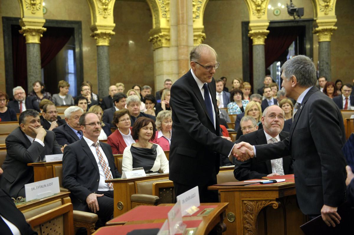 Kövér László, az Országgyűlés elnöke (j) és Darák Péter, a Kúria elnöke kezet fog a magyar bírói függetlenséget garantáló törvény elfogadásának 150. évfordulója alkalmából tartott konferencián az Országházban 2019. április 24-én.