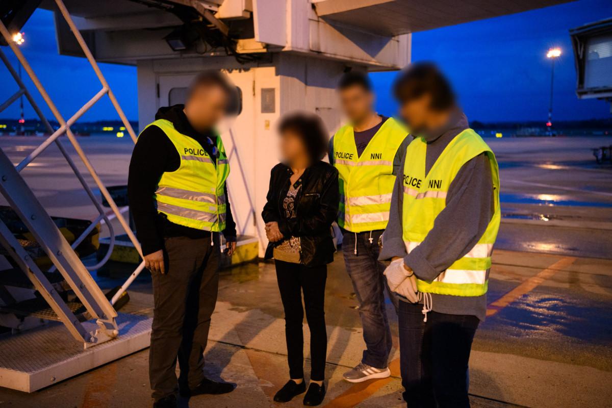 """A """"csengeri örökösnőként"""" ismertté vált Sz. Gáborné a Svájcából történt hazahozatalakor, 2018. szeptember 4-én."""