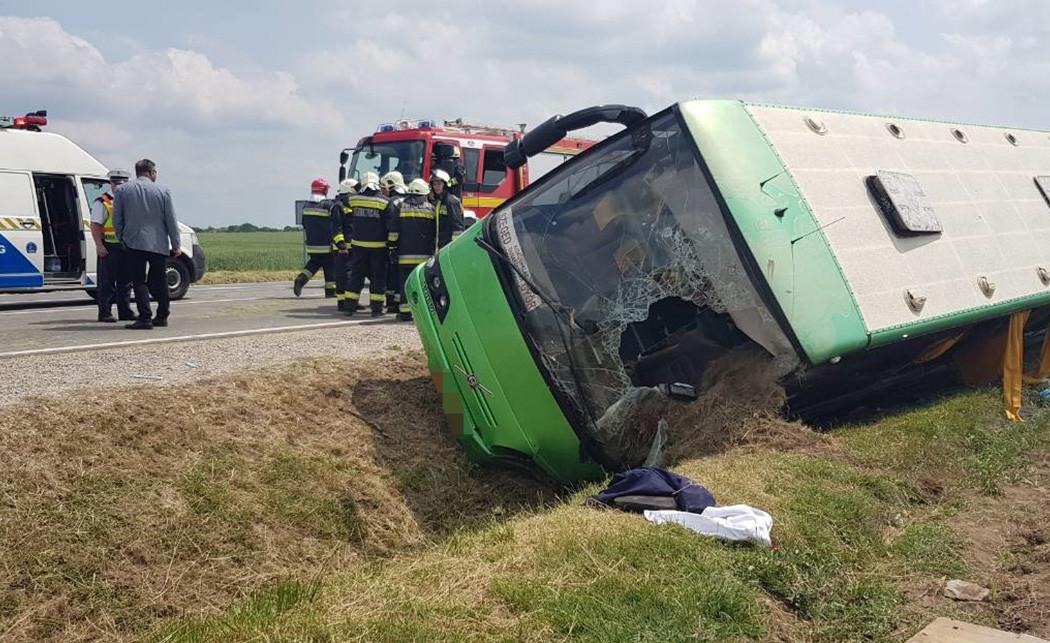 Megbüntetett 31 utast a rendőrség egy árokba borult győri buszon