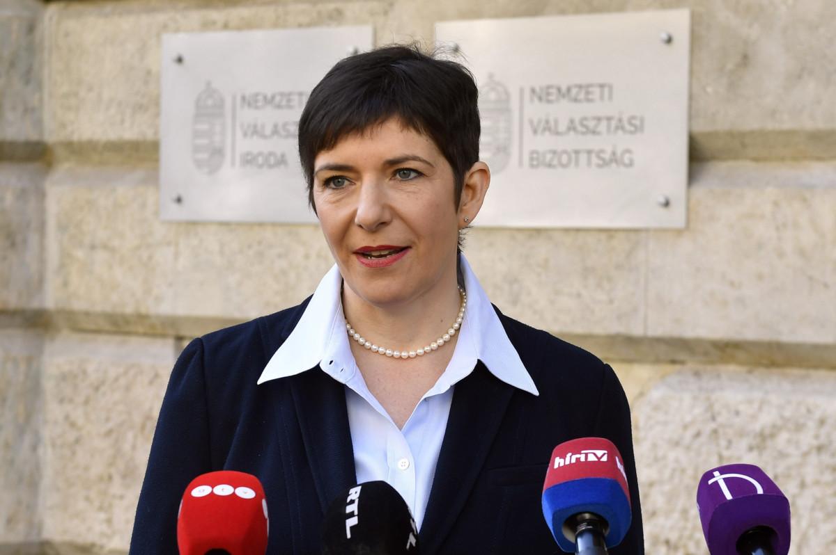 """Dobrev Klára, a DK EP-listavezetője, képviselőjelöltje sajtótájékoztatót tart """"A DK leadja az ajánlásait a Nemzeti Választási Irodának"""" címmel a Nemzeti Választási Iroda előtt 2019. április 18-án."""