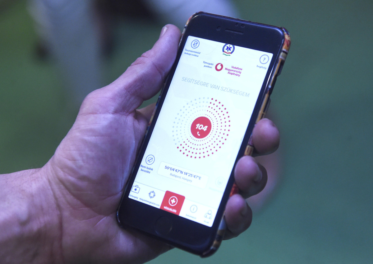 A Vodafone Magyarország Alapítvány és az Országos Mentőszolgálat mentőhívást megkönnyítő és a segítségnyújtást gyorsabbá tevő ÉletMentő applikációja a magyarországi bevezetését bejelentő sajtótájékoztatón az Országos Mentőszolgálat Budapesti Mentésirányító Központjában 2019. április 4-én.