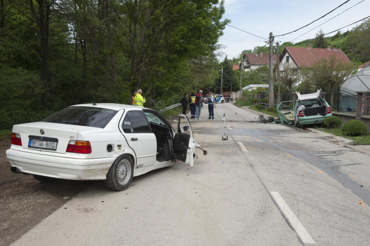 Helyszínelők dolgoznak Szentendrén, a Szentlászlói úton történt baleset helyszínén 2019. április 27-én.