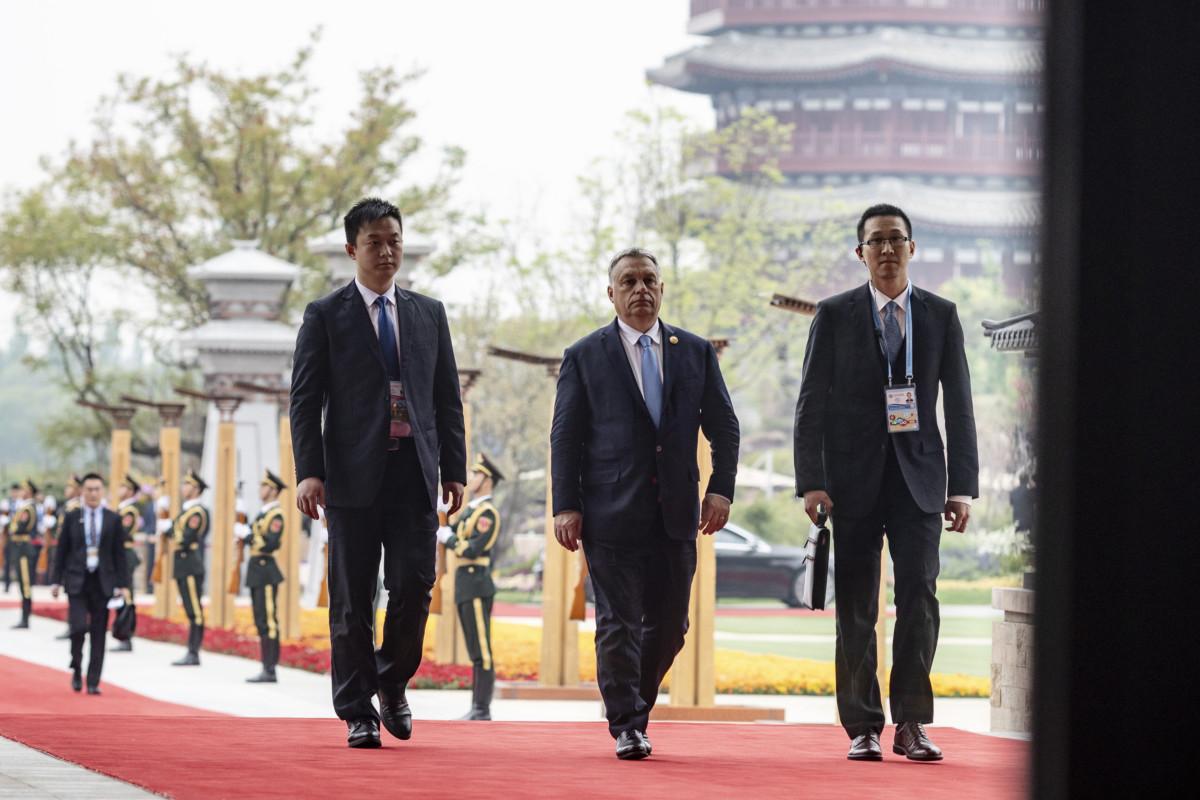 Orbán Viktor miniszterelnök az Egy övezet, egy út kezdeményezés második nemzetközi fórumának kerekasztal-beszélgetésére érkezik Pekingben 2019. április 27-én.