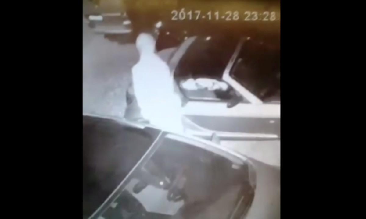 Autókat hágott meg egy férfi Pécsen