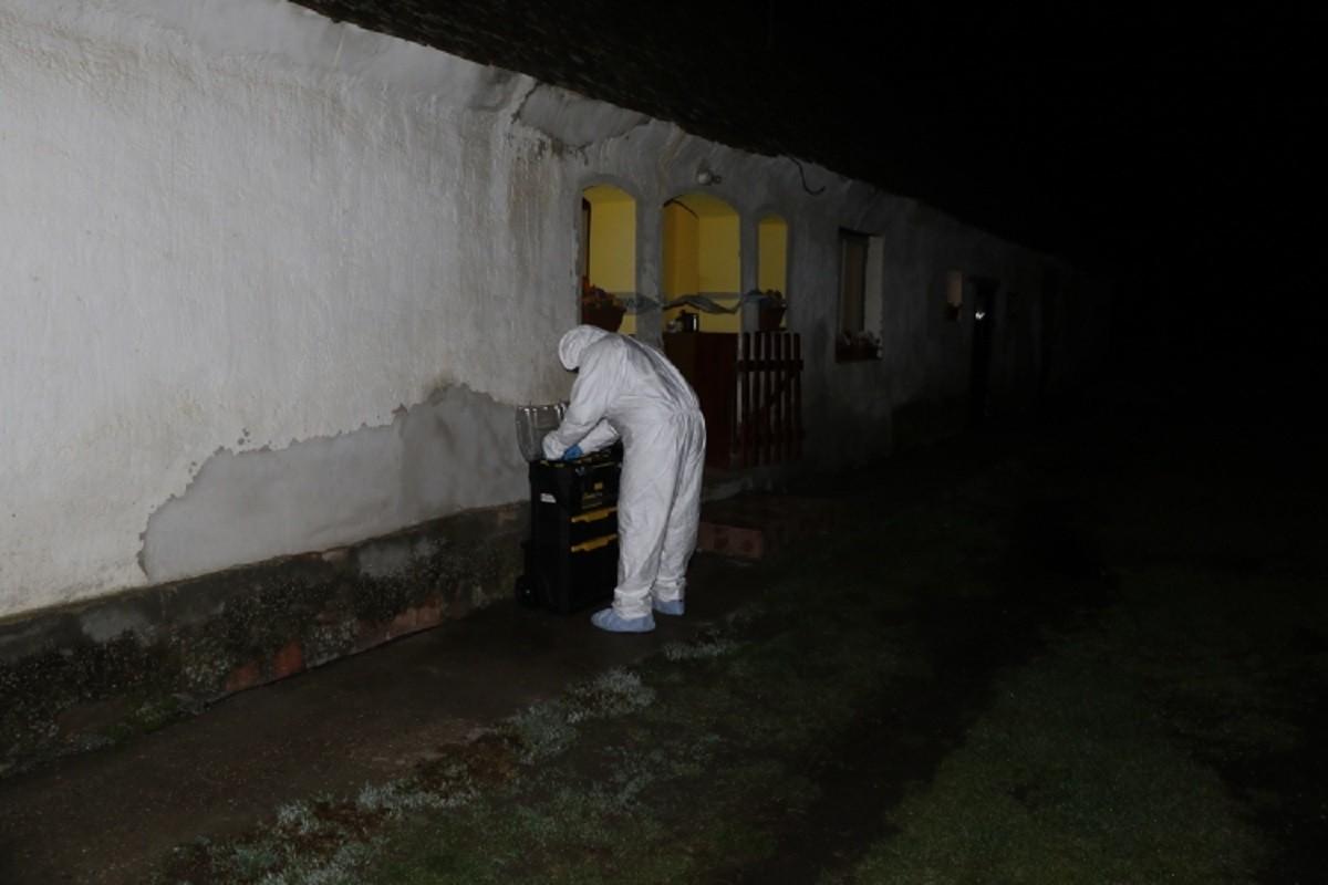 Rendőrök helyszínelnek a magyarmecskei háznál.