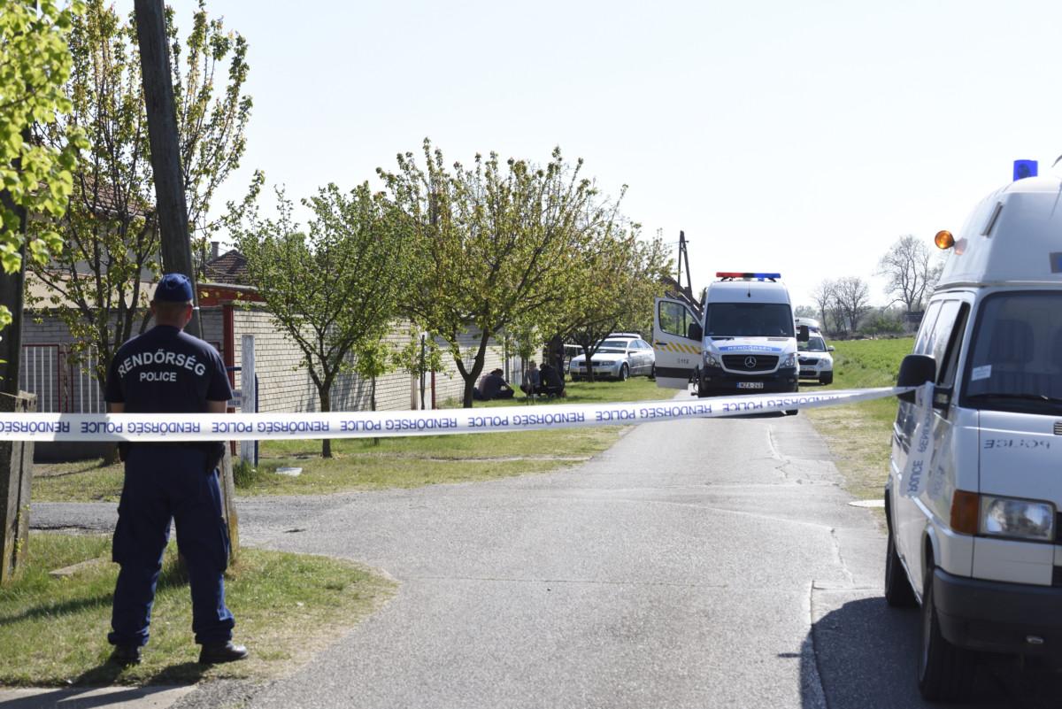 Rendőrségi zárás a Csongrád megyei Forráskúton, ahol az egyik házban egy férfi a gyanú szerint megölte feleségét, majd öngyilkos lett 2019. április 20-án.