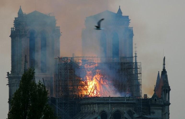 Sikerült megmenteni a teljes pusztulástól a kigyulladt Notre-Dame-ot