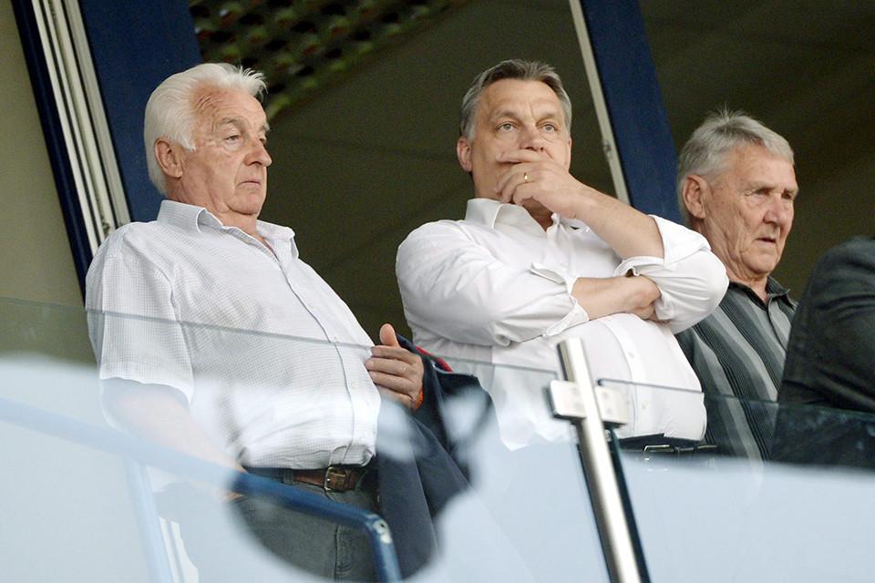 Orbán Viktor miniszterelnök (k) és édesapja, Orbán Győző (b), valamint Kovács Ferenc, a Videoton korábbi edzője (j) a VIP-páholyban a labdarúgó Ligakupa döntőjeként vívott Ferencváros - Videoton FC találkozón a székesfehérvári Sóstói Stadionban 2013. április 24-én.