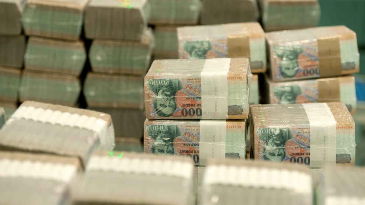 Májustól igazolni kell a banknál, hogy honnan származnak a milliók