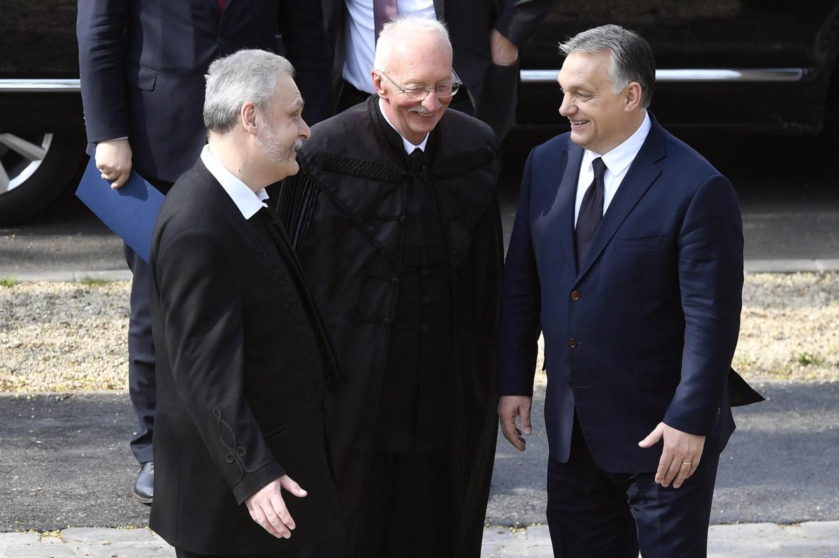 Orbán Viktor miniszterelnök (j) Csák Zsolt főgondnokkal (b) és Veres Gábor lelkésszel beszélget a felújított pesterzsébeti Klapka téri református templom felavatása alkalmából tartott istentisztelet előtt 2019. április 7-én.