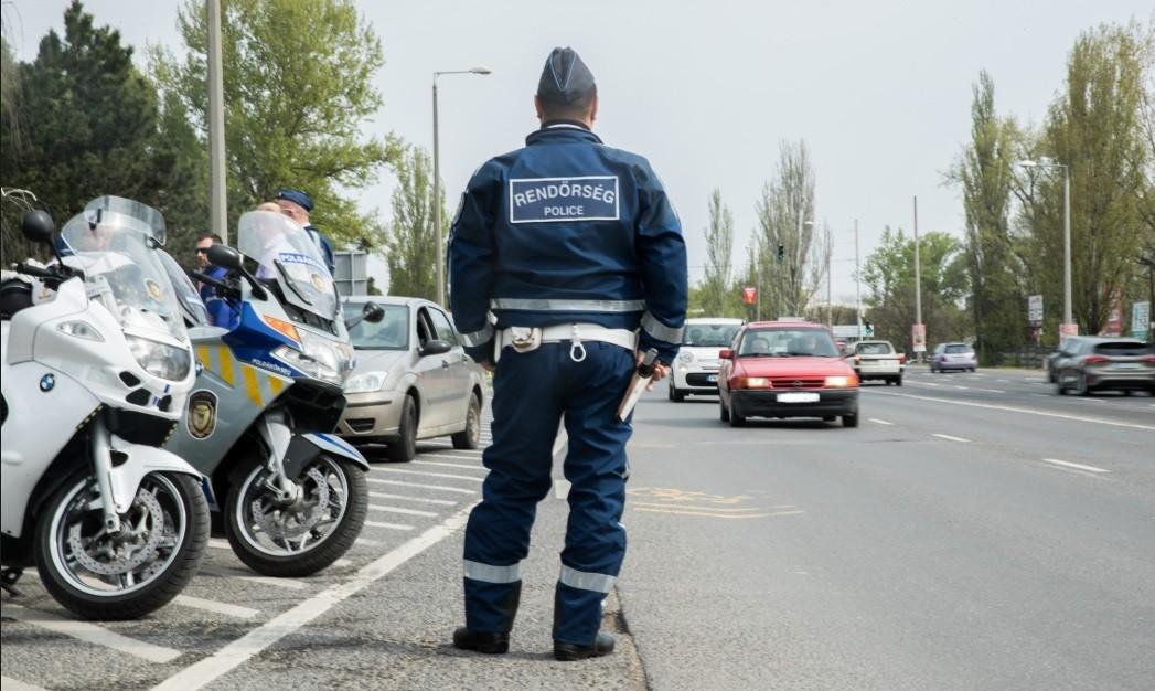 Motoros rendőrök szedik ki a forgalomból a szabálysértőket Pest megyében