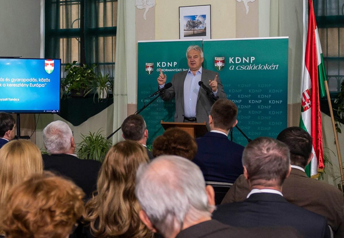 Semjén Zsolt, a Kereszténydemokrata Néppárt (KDNP) elnöke, miniszterelnök-helyettes beszédet mond a KDNP Önkormányzati Tanácsának konferenciáján Tatán, a Piarista Rendházban 2019. április 12-én.