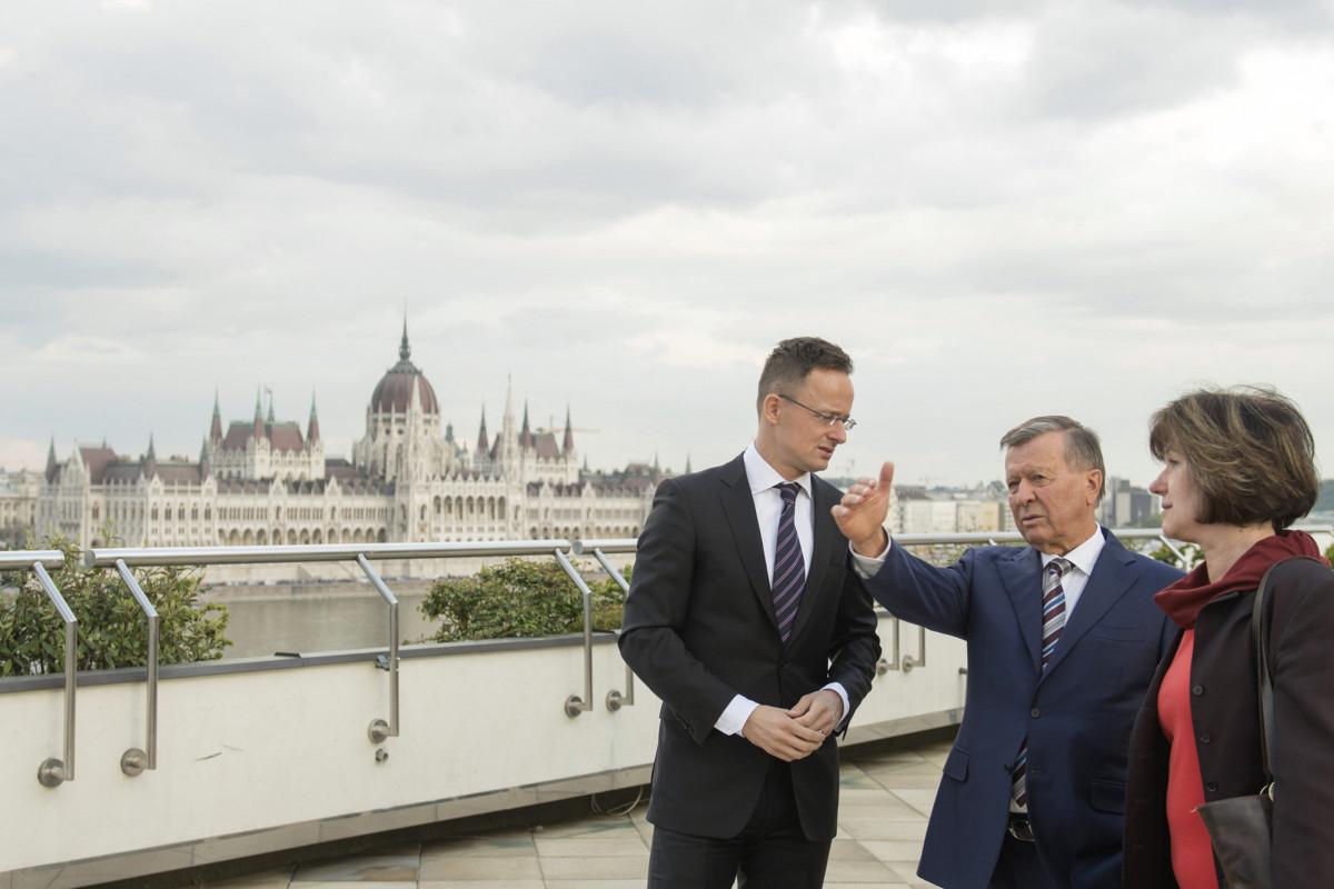 Szijjártó Péter külgazdasági és külügyminiszter (b) fogadja Viktor Zubkovot, a Gazprom igazgatótanácsának elnökét a minisztérium tetőteraszán 2019. április 17-én. Jobbra Lebovics Viktória tolmács.