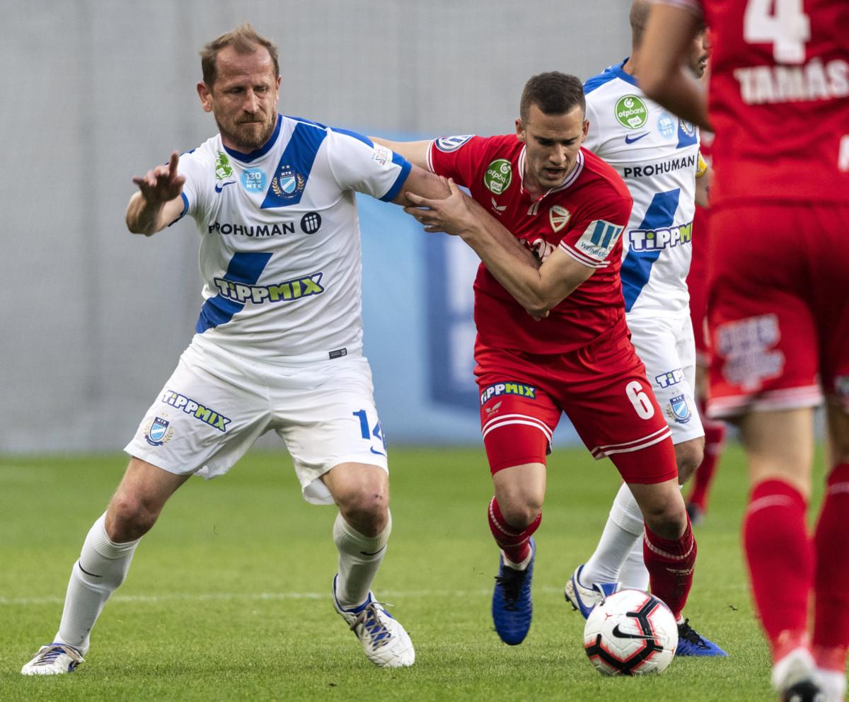 Torghelle Sándor, az MTK játékosa (b) és a diósgyőri Tajti Mátyás a labdarúgó OTP Bank Liga 26. fordulójában játszott MTK Budapest - Diósgyőri VTK mérkőzésen az Új Hidegkuti Nándor Stadionban 2019. március 30-án.