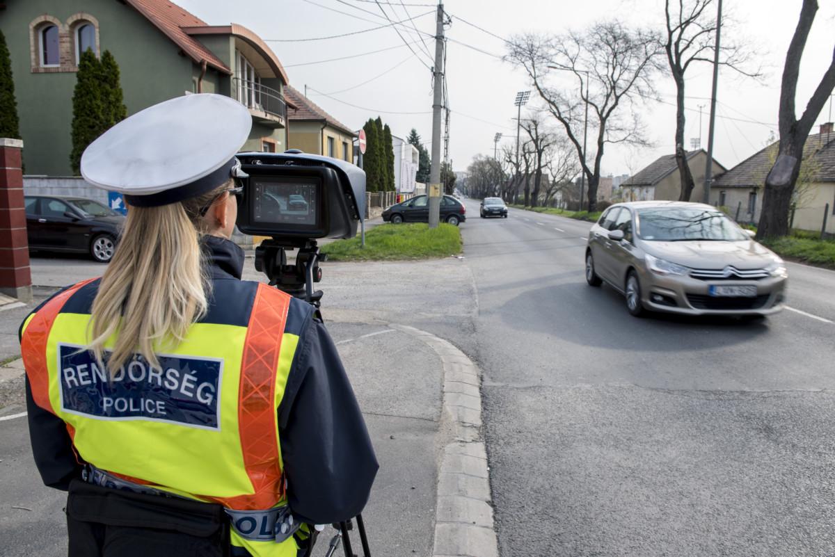 Autósok sebességét mérik rendőrök a Speedmarathon elnevezésű 24 órás közlekedésbiztonsági ellenőrzési akció során Pécsen 2019. április 3-án.