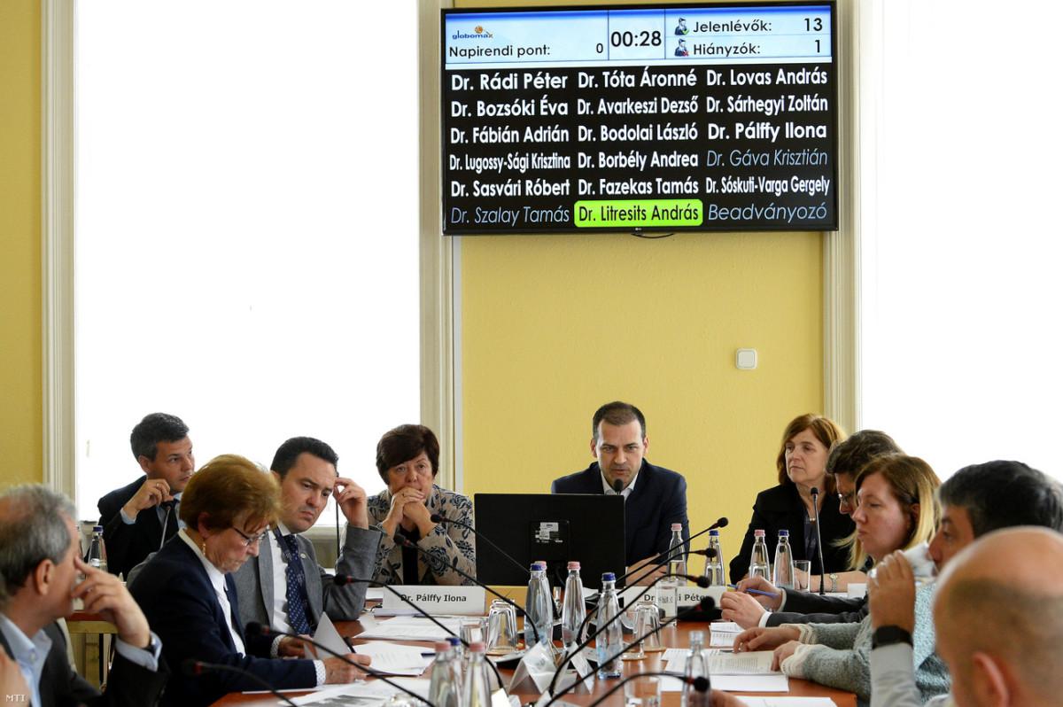 Rádi Péter, a Nemzeti Választási Bizottság (NVB) elnöke (szemben j2) beszél, mellette Bozsóki Éva, az NVB elnökhelyettese (j), Pálffy Ilona a Nemzeti Választási Iroda elnöke (b2) és Sóskuti-Varga Gergely, az NVB titkárságának főosztályvezetője (b) az NVB ülésén a Nemzeti Választási Iroda (NVI) Alkotmány utcai székházában 2019. április 11-én.