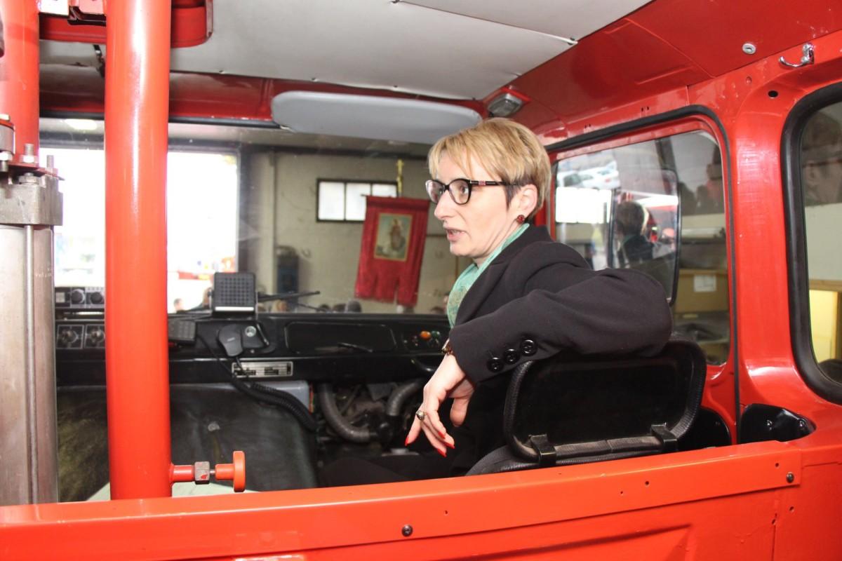 Czunyiné dr. Bertalan Judit átadta a tűzoltó IFA-t.
