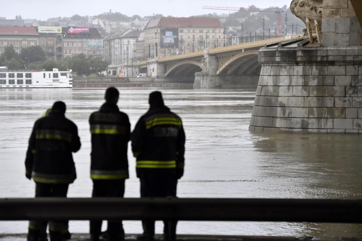 Tűzoltók a fővárosi Margit hídnál 2019. május 30-án hajnalban.