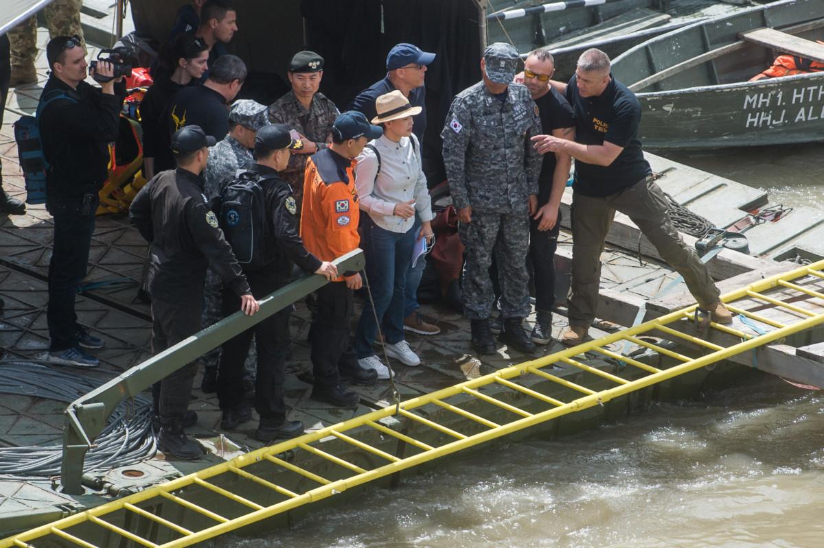 A roncsfeltáró munkálatokat irányító Hajdu János, a Terrorelhárító Központ (TEK) főigazgatója (jobbról) tájékoztatja a munkálatokban részt vevő dél-koreai katonai mentőcsapat tagjait a hajóbalesetben elsüllyedt Hableány turistahajó közelében, a Margit hídnál kiépített keresőponton 2019. május 31-én.