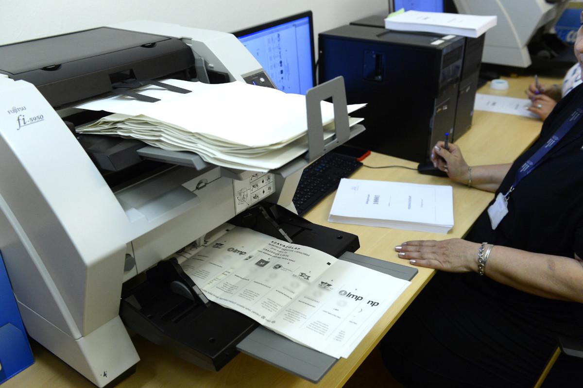 A Nemzeti Választási Irodában (NVI) este 7 órakor, a szavazóhelyiségek bezárása után megkezdték az irodához érkezett csaknem 40000 levélszavazat felbontását és a szavazólapok szkennelését az Alkotmány utcai székházában az EP-választás napján, 2019. május 26-án.